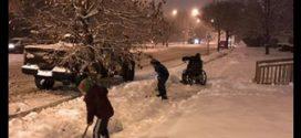 Egy tolószékes férfit láttak havat lapátolni a kisfiúk, ami ezután történt, attól elszorul a szíved