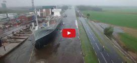 Kis hiba csúszott a vízrebocsátásba – Ilyen az, amikor csobban egy óriásit egy többezer tonnás hajó