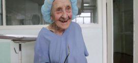 89 évesen is naponta operál a világ legöregebb sebésze
