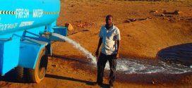 Órákat vezet minden nap a szárazságban, hogy friss vizet vigyen a szomjazó vadállatoknak