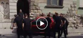 Kézben vitték arrébb a szabálytalanul parkoló kocsit Pécsen