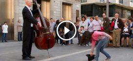 A kislány pénzt dobott a zenész kalapjába- Ami ezután történt arra nincsenek szavak