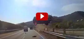 Brutális videón láthatod, ahogy a busz ablakán bevágódik egy autó