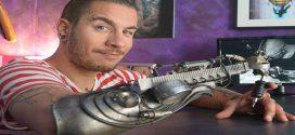 Bemutatjuk a világ első terminátorkezű tetováló művészét