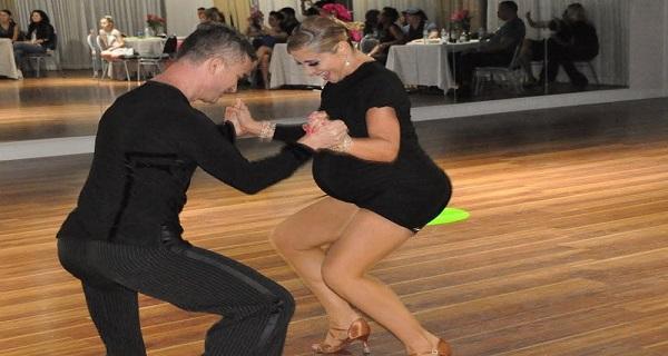 Nem értették, mit keres a kilenchónapos terhes nő a táncparketten. Amikor elkezdett mozogni, mindenki nagyot nézett: